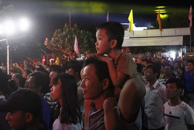 Cảnh thường gặp trong đêm nhạc. Các khán giả nhí luôn được công kênh lên cao để xem cho tiện!