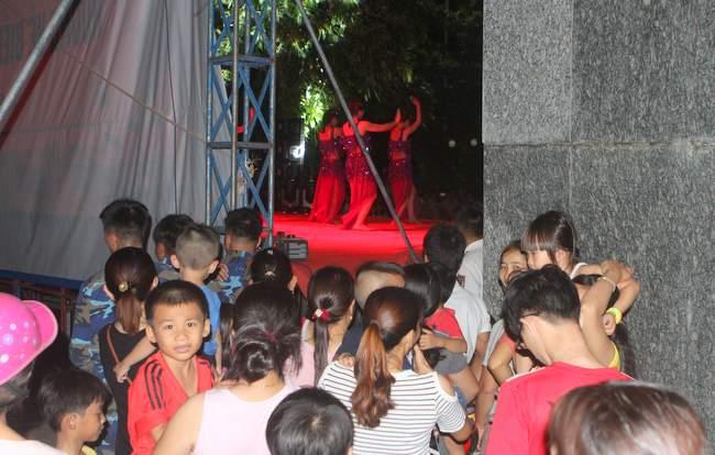 Sân khấu không cánh gà nên là dịp để người dân đảo làm khán già từ phía sau, để xem ca nhạc.