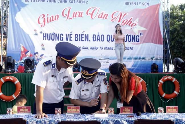 Nếu như ở những đô thị lớn như Sài Gòn, Hà Nội, các chương trình ca nhạc, biểu diễn văn nghệ thường diễn ra trễ và kết thúc khá muộn thì ở đây, chương trình rất gọn gàng, từ 19h30 đến 21h00. Tuy thế, những người thực hiện chương trình vẫn chăm chút kỹ lưỡng từng tiết mục, từng cách dẫn dắt chương trình cho các MC.