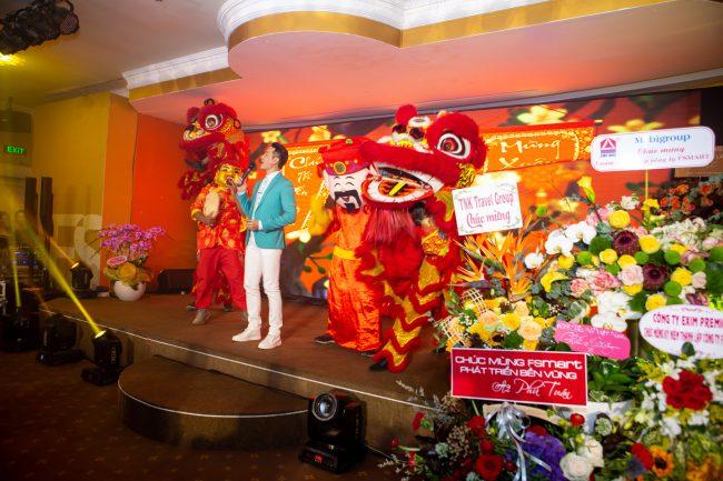 Ca sĩ Nguyễn Phi Hùng mang không khí sôi động của mùa Xuân tràn ngập khán phòng.