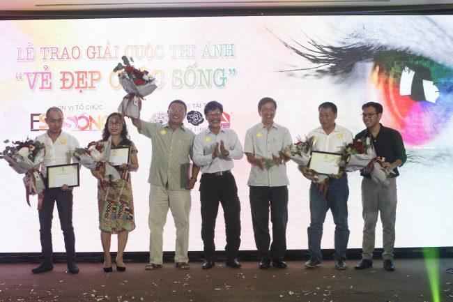 Nghệ sĩ nhiếp ảnh Trung Thu và nghệ sĩ nhiếp ảnh Thái Phiên trao giải thưởng cho những tác giả ảnh đoạt giải trong cuộc thi ảnh Vẻ đẹp cuộc sống