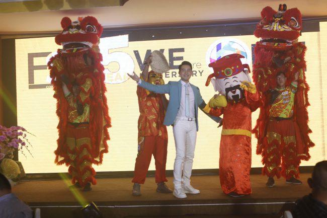 Ca sĩ Nguyễn Phi Hùng và nhóm múa mang không khí Xuân tràn ngập khán phòng.