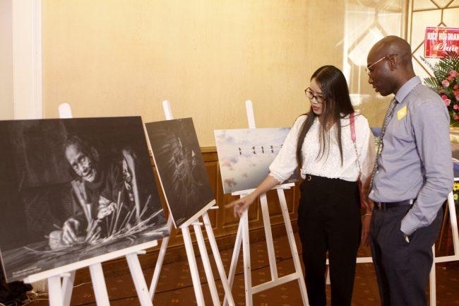 Khách chăm chú xem triển lãm ảnh đoạt giải cuộc thi Vẻ đẹp cuộc sống.