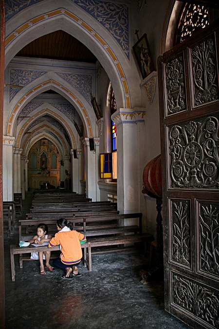 Bên trong nhà thờ Mằng Lăng.