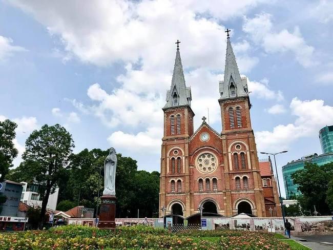 Quang cảnh nhà thờ Đức Bà hơn 140 năm tuổi sau khi đã tháo giàn giáo hai bên tháp chuông nhà thờ. Nếu không để ý hàng rào thấp ôm chung quanh, người ta dễ ngỡ như công trình đã hoàn thành. Ngôi Vương cung thánh đường lại như mới.