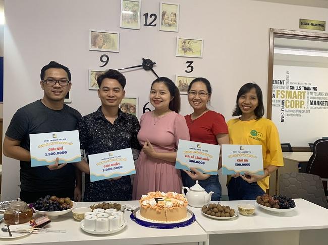 Hoạt động tổng kết và trao giải diễn ra trong không gian ấm cúng tại văn phòng công ty.