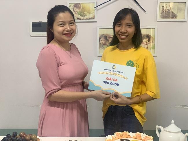 Giám khảo Mỹ Nguyễn trao giải thưởng cho các bài dự thi đoạt giải.