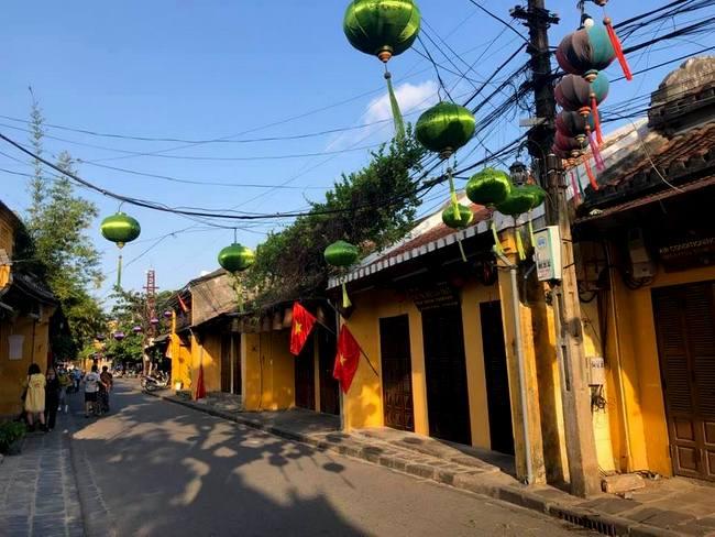 Khung cảnh này không khác gì Hội An của những năm 90, khi kinh doanh du lịch chưa phát triển, du khách chưa tìm đến Hội An nhiều. Theo quan sát, khách đến Hội An hầu hết là khách nội địa, với khách các địa phương lân cận nhiều hơn khách từ Sài Gòn, Hà Nội… đến.