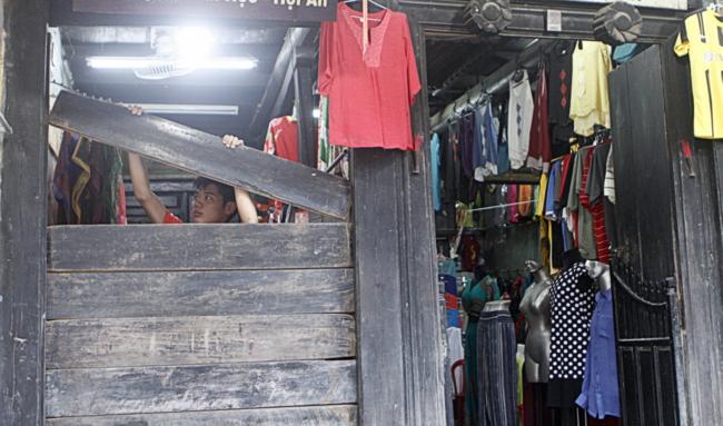 Mới 17h mà shop quần áo, vải vóc trên đường Nguyễn Thái Học này đã đóng cửa. Chị chủ shop cho biết, cả ngày lễ không có một vị khách nào nhưng đây là nhà của mình, nên không bị căng thẳng tiền mặt bằng như nhiều shop chung quanh.