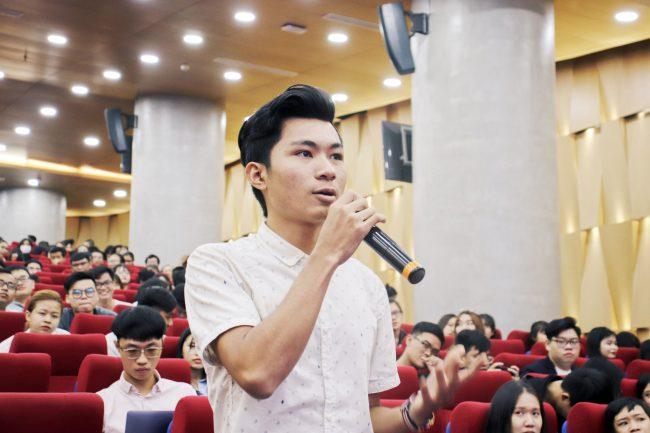 Sinh viên Đại học Quốc tế Hồng Bàng đặt câu hỏi cho diễn giả